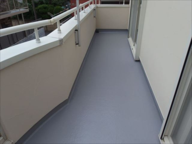 バルコニー床のFRP防水塗装もトップコート更新によって綺麗になりました。