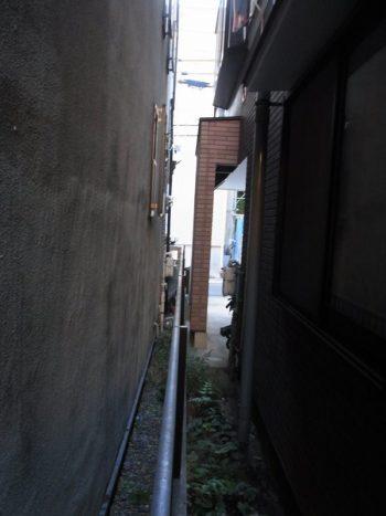 家と家の隙間がとても狭い
