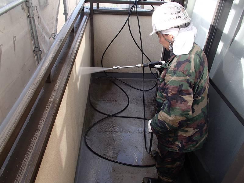 外壁塗装と同時の場合は、その流れで洗うのが普通です