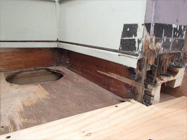 塗装作業の前に雨漏り改修工事を行いました。既存のシート防水を撤去すると傷んだ下地が見えてきました。