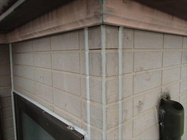 雨漏りの危険性が高いため、今回は高圧洗浄の前にシール工事を行いました。