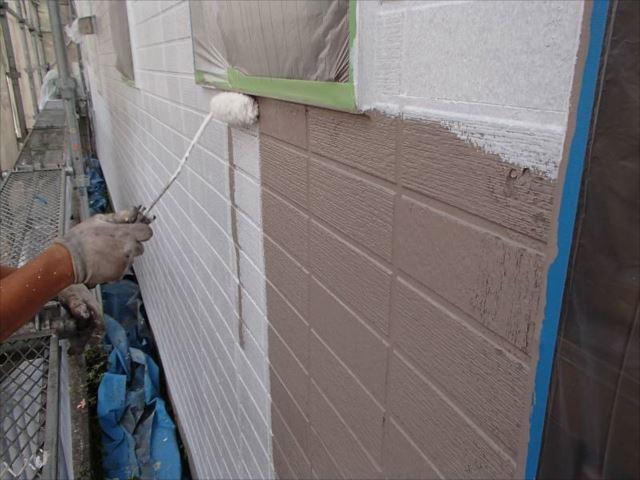 サイディングパネルの劣化が激しいため、下塗りには「水性SDサーフエポ」を使用しました。