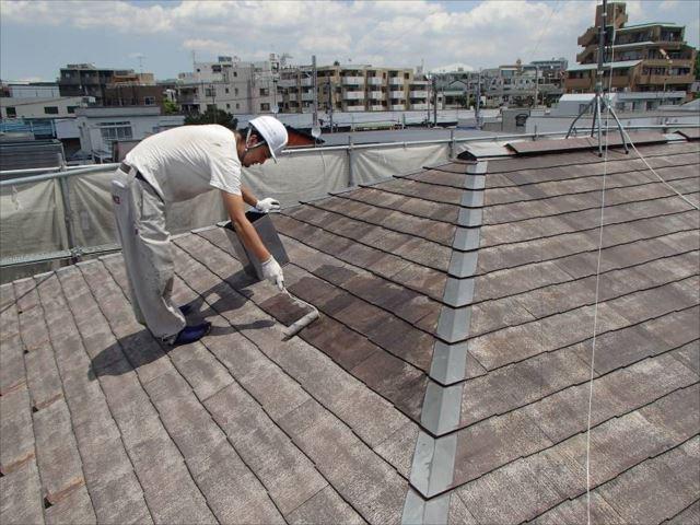 屋根が充分に乾いてから塗装開始です。まずは下塗り。