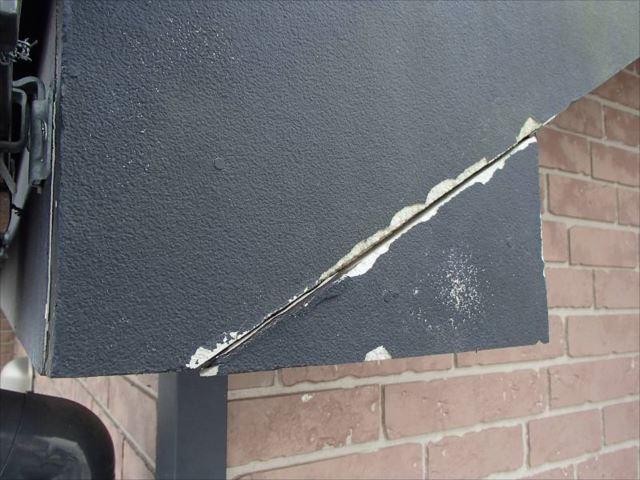 破風板の継ぎ目部分にはシール処理が施されていませんでした。これでは雨水が入り込んでしまいます。
