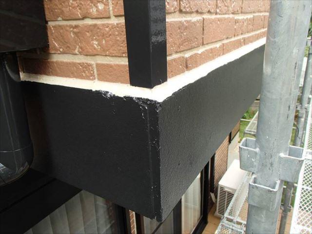 帯板の出隅部分も同様に補修。雨水が入り込みやすい帯板の上端もすべてシール処理を行っています。