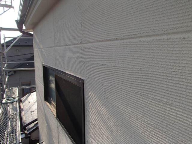 「櫛引き仕上げ」のジョリパットの風合いはそのままに、艶消し塗料で美しく塗装しました。