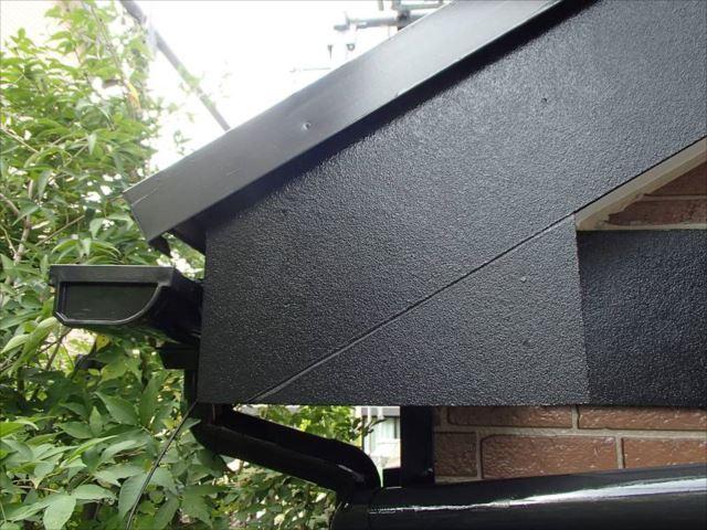 雨水が入り込んでいた破風板の継ぎ目部分にはしっかりとシール処理を施した上で塗装を行いました。