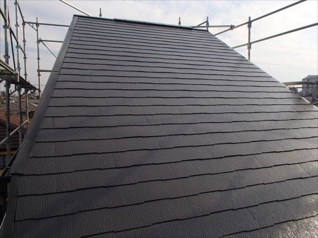 遮熱塗料で塗装された屋根。落ち着きのある「セピアブラウン」です。