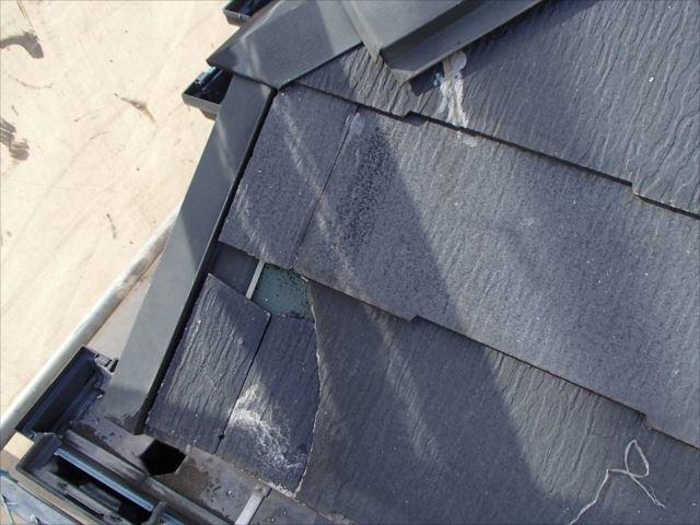屋根のスレートが割れている箇所を発見。この破片が落ちた様子です。新築以来、まだ一度もメンテナンスを行っていないはずですが、なぜか屋根には補修跡がチラホラ。