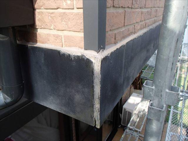 バルコニー外壁の帯板です。出隅の突き合わせ部分もシール処理が無いため雨水が入ってしまいます。すでに腐朽が進んでいます。