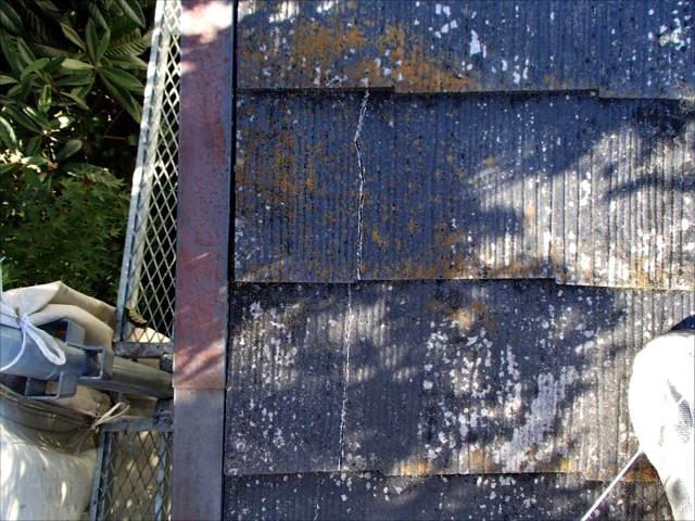 屋根の端の部分には怪しい亀裂が有りました。体重を掛けると抜けてしまいそうな状態です。