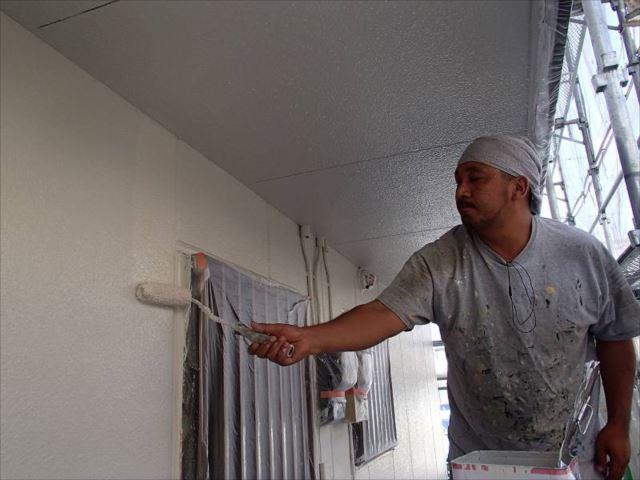 外壁塗装は全部で3回行います。仕上げの上塗り中です。