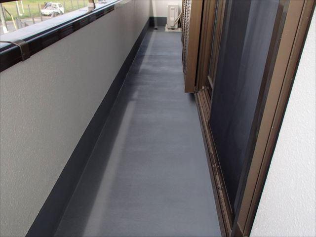 外廊下の床は簡易防水塗装を行いました。