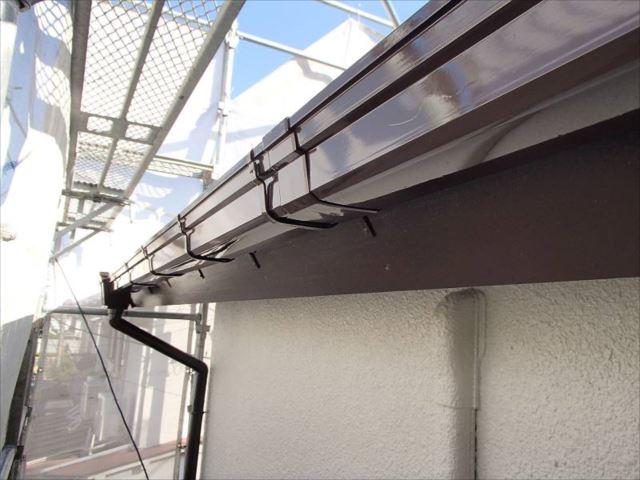 雨樋と破風板は上品なチョコレート色で塗装。外壁の色に良く合います。