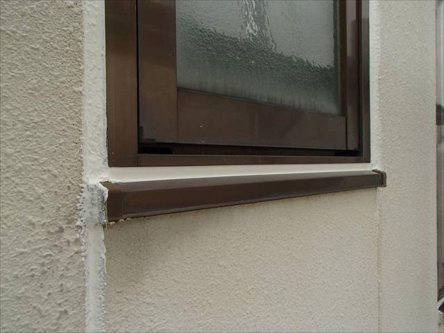 下塗りの前にALC外壁の板間目地やサッシ周りのシールを打ち替えました。