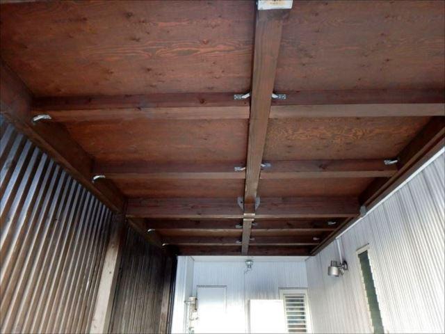 ガレージ内の天井。キシラデコールによりしっとりとした仕上がりになりました。