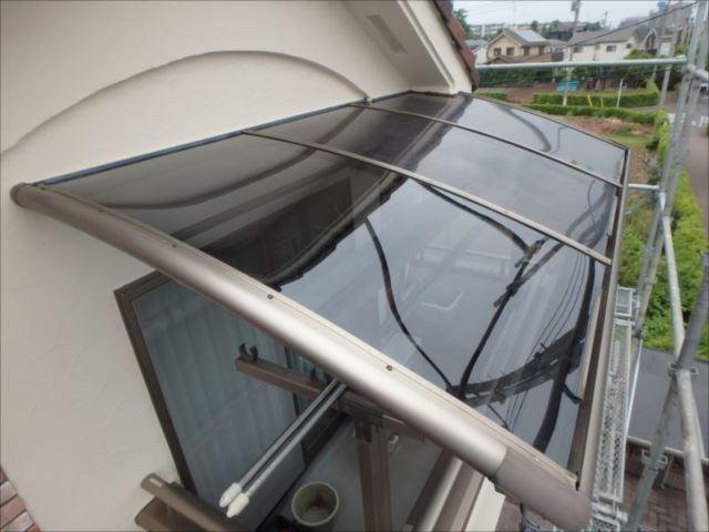 アルミテラスの屋根パネル手前の1枚が交換した部分です。既存のパネルと違和感無く仕上がっています。