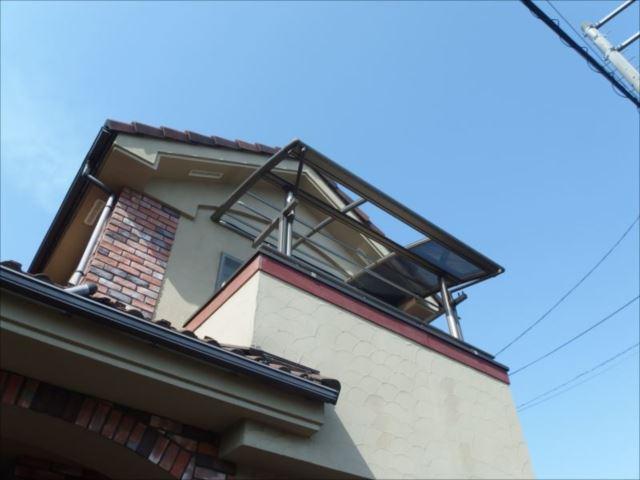 3枚の内2枚が吹き飛んでしまったアルミテラスの屋根パネル。