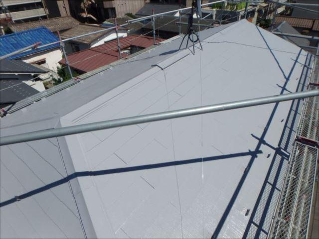 施工後の屋根です。遮熱塗料「ミズタニ 快適サーモSi」の中でも特に日射反射率が高い「N6グレー」を使用しました。