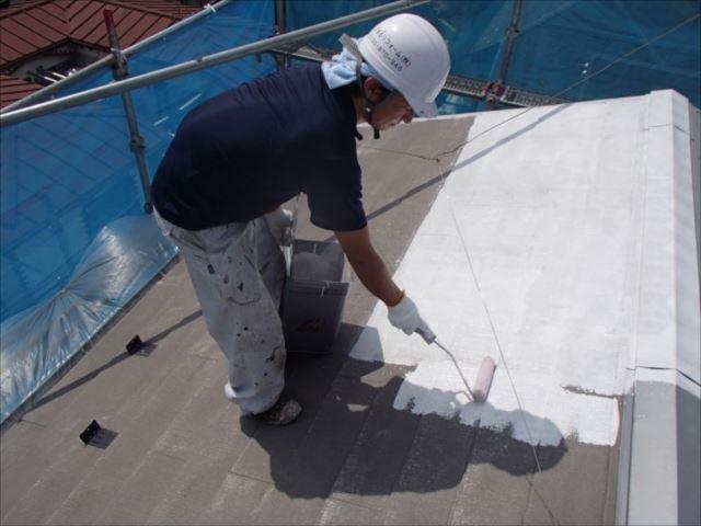 屋根塗装を開始。まずは下塗りを行います。
