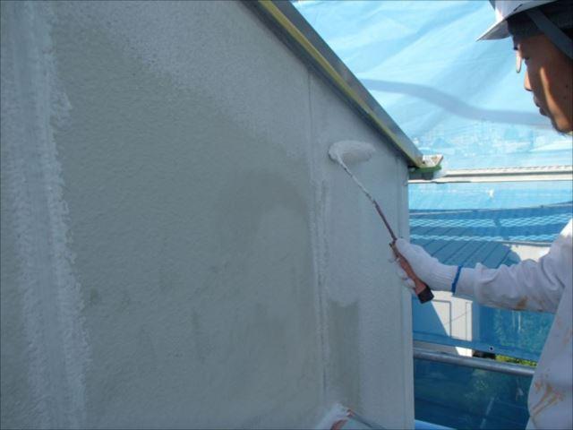 次に下塗りを開始。ALC外壁には専用のサーフェイサーを使用しました。