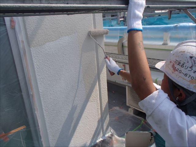 下塗りの後に「水性セラタイトSi」で中塗り・上塗りと2度塗りを行います。