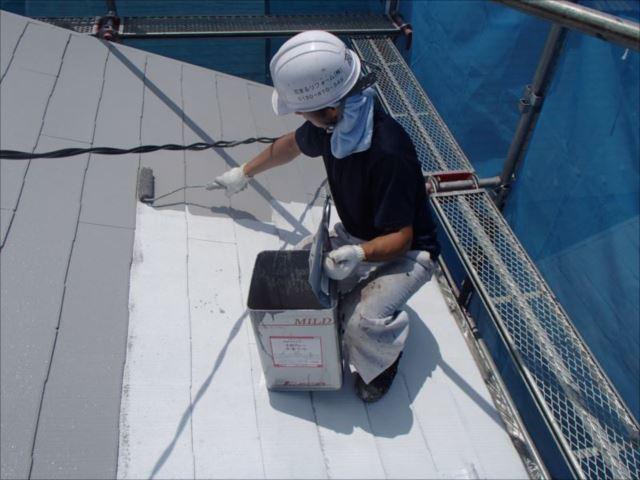 次に中塗りを行います。塗っているのは遮熱塗料の「快適サーモSi」です。