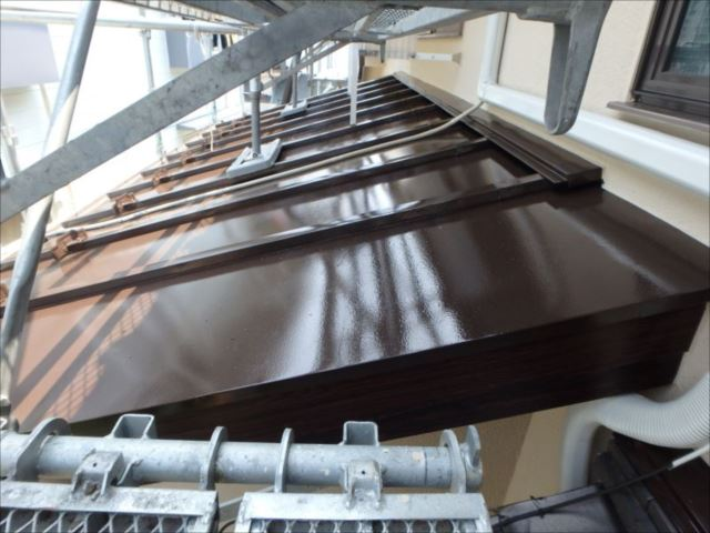 下屋根はトタン葺きです。こちらもコゲ茶で塗装しました。