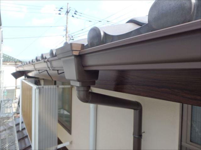 全交換した雨樋。外壁と破風板の色によく合う「しんちゃ」色を採用しました。
