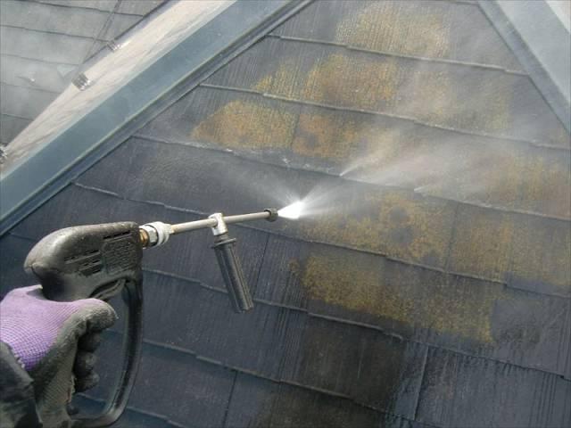 高圧洗浄・屋根 コケがガンガン落ちています!