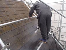 コケだらけの屋根を綺麗に洗浄していきます。