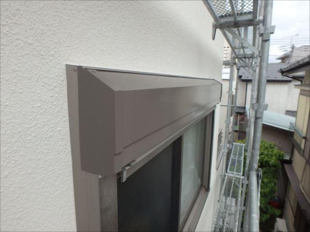 シャッターボックスも外壁色とのマッチングを考慮して焦げ茶で塗装。 白い外壁に良く合います。