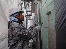 下塗りの後は中塗り。グリーンに塗り替えていきます。