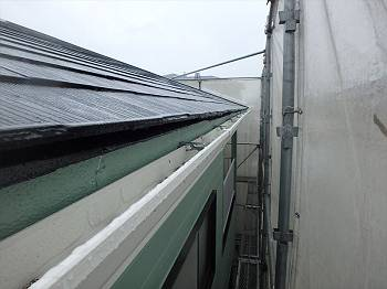 交換後の雨樋です。淡いグリーンの外壁に白い雨樋が良く合います。