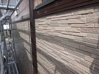 帯板を挟んだ1階の外壁。帯板は雨樋と同じ色だからか、違和感がありません。