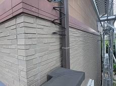 帯板を挟んだ1階の外壁です。こちらはクリアーで塗り替えます。