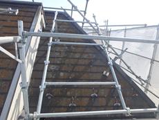 急勾配の屋根には専用の「屋根足場」が必要です。コケでびっしり覆われた屋根は滑りやすくとても危険です。