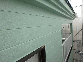 施工後の外壁です。ツタも撤去されすっきりとしています。