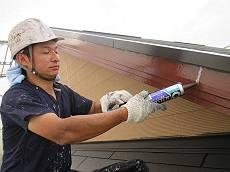 高圧洗浄後、塗装前に外壁や破風・帯板のクラックを補修します。
