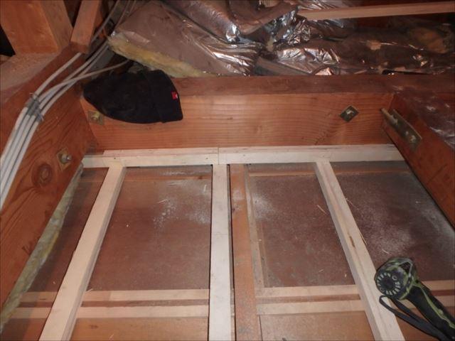 和室天井が部分的に垂れ下がっていましたので、天井下地を補強しました。