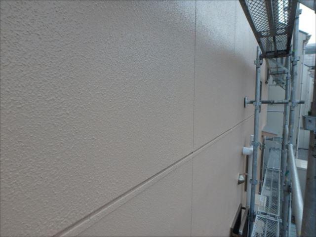 外壁のメイン部は既存よりも少し濃い目の色で塗りました