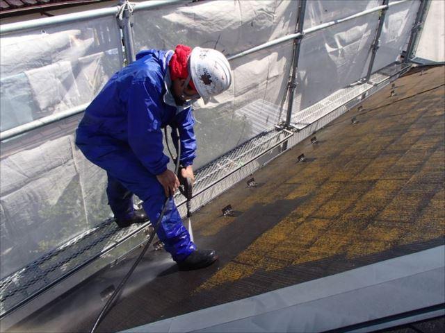 屋根の頑固なコケを強烈な水圧で洗い流していきます。