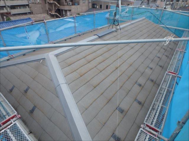 施工前の屋根。築年数相応の汚れとコケが確認できます。