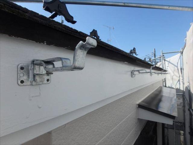 歪んでいた横樋はすべて撤去し、留め金具も新しく交換しました。