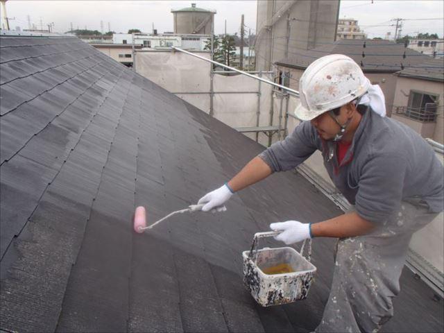 屋根の下塗りです。「マイルドシーラーEPO」という油性の下塗り剤です。