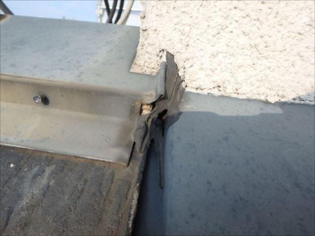 屋根と塔屋の取合い部分のコーキングが切れていました。ここから雨水が入っている模様です。