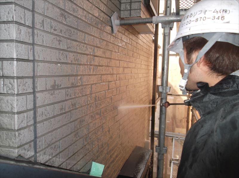 まずは高圧洗浄で汚れた外壁を綺麗に洗います。