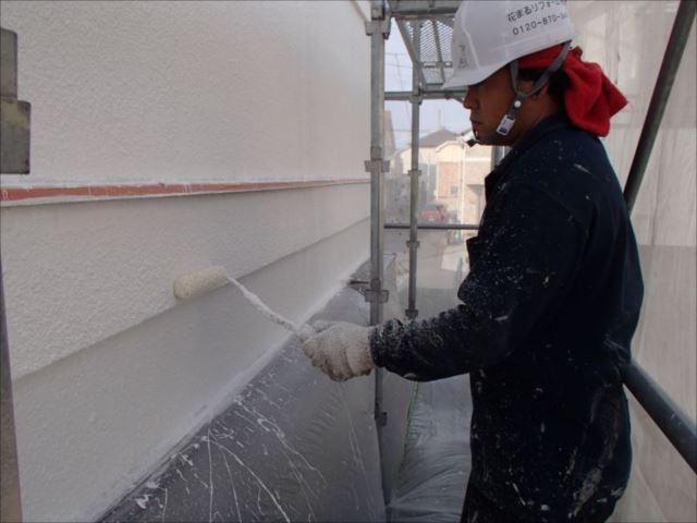 次に弾性塗料の下地用にマスチック塗装を行います。「パターン付け」と呼ばれる作業を2回行い、分厚い塗膜を形成します。