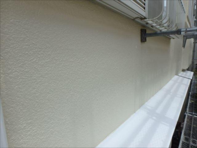 汚れが酷かったトタンヒサシは真っ白に塗り替え。外壁色と良く合います。