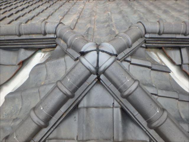 補修後の屋根頂部。瓦を交換し、継ぎ目部分にはコーキング処理しました。